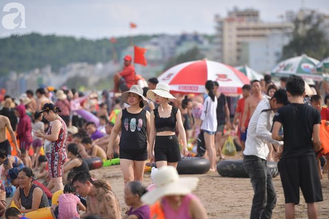 Nắng nóng như chảo lửa, hàng ngàn du khách vẫn chen chúc nhau tắm biển Sầm Sơn Ảnh 1