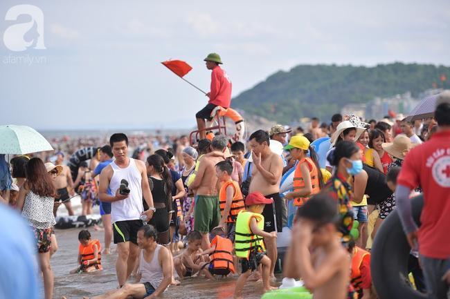 Nắng nóng như chảo lửa, hàng ngàn du khách vẫn chen chúc nhau tắm biển Sầm Sơn Ảnh 7