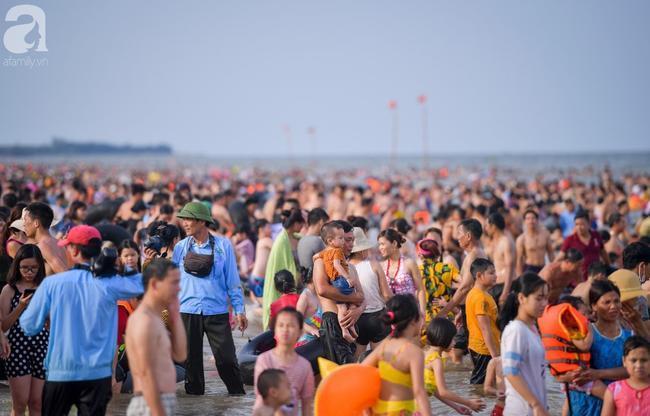 Nắng nóng như chảo lửa, hàng ngàn du khách vẫn chen chúc nhau tắm biển Sầm Sơn Ảnh 3