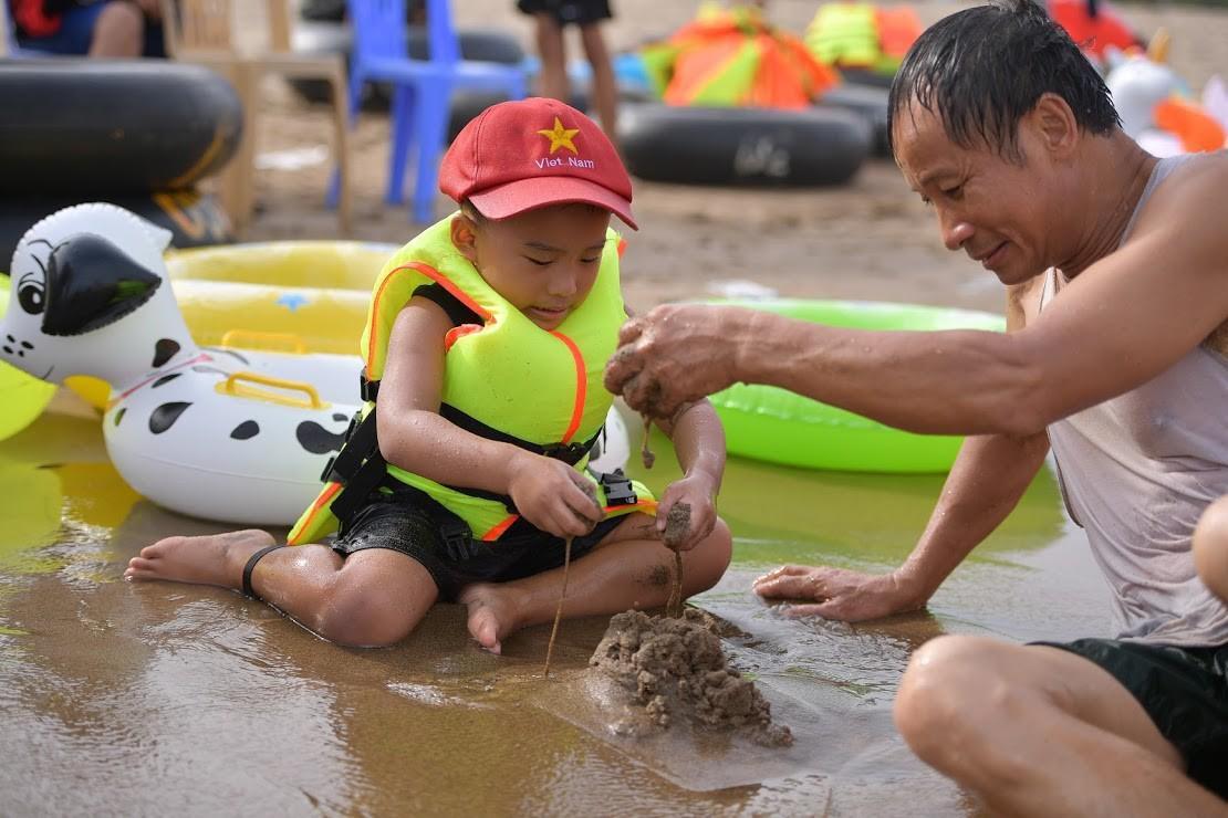 Nắng nóng như chảo lửa, hàng ngàn du khách vẫn chen chúc nhau tắm biển Sầm Sơn Ảnh 11
