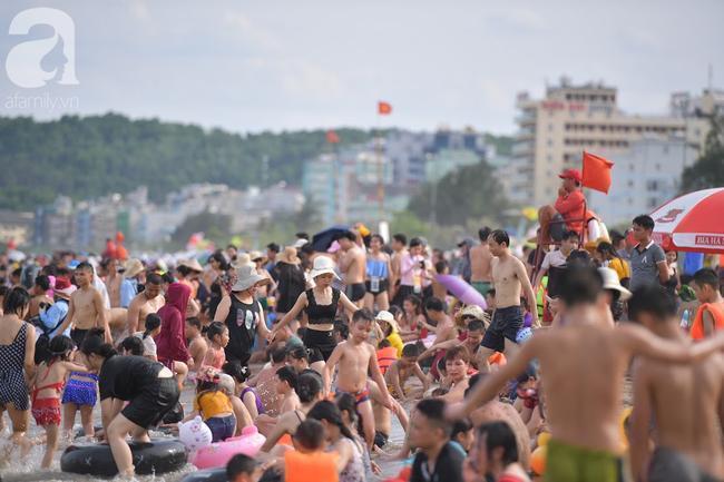 Nắng nóng như chảo lửa, hàng ngàn du khách vẫn chen chúc nhau tắm biển Sầm Sơn Ảnh 8