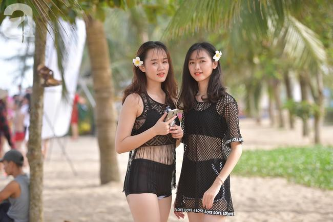 Nắng nóng như chảo lửa, hàng ngàn du khách vẫn chen chúc nhau tắm biển Sầm Sơn Ảnh 17