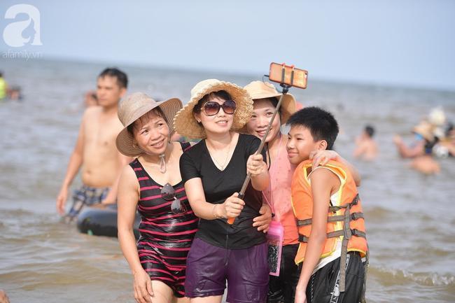 Nắng nóng như chảo lửa, hàng ngàn du khách vẫn chen chúc nhau tắm biển Sầm Sơn Ảnh 15