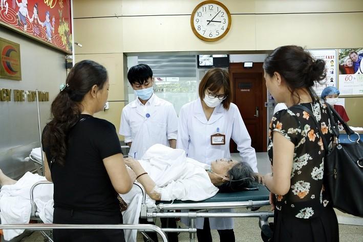 Nắng nóng, nhiều người nhập viện vì bỏng da, sốc nhiệt, viêm phổi... Ảnh 1