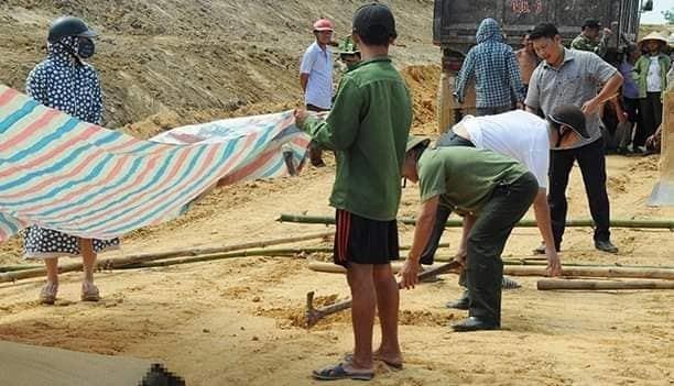 Đổ đất kênh thủy lợi ở Hà Tĩnh, thấy thi thể trôi trên xe xuống Ảnh 1