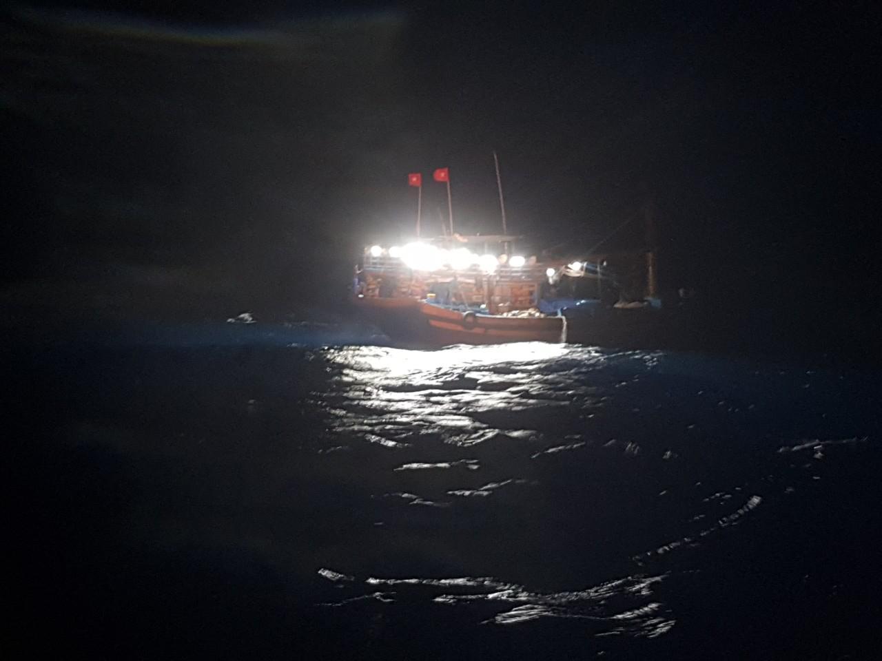 Cháy hầm máy, cứu nạn một ngư dân bị bỏng nặng Ảnh 1