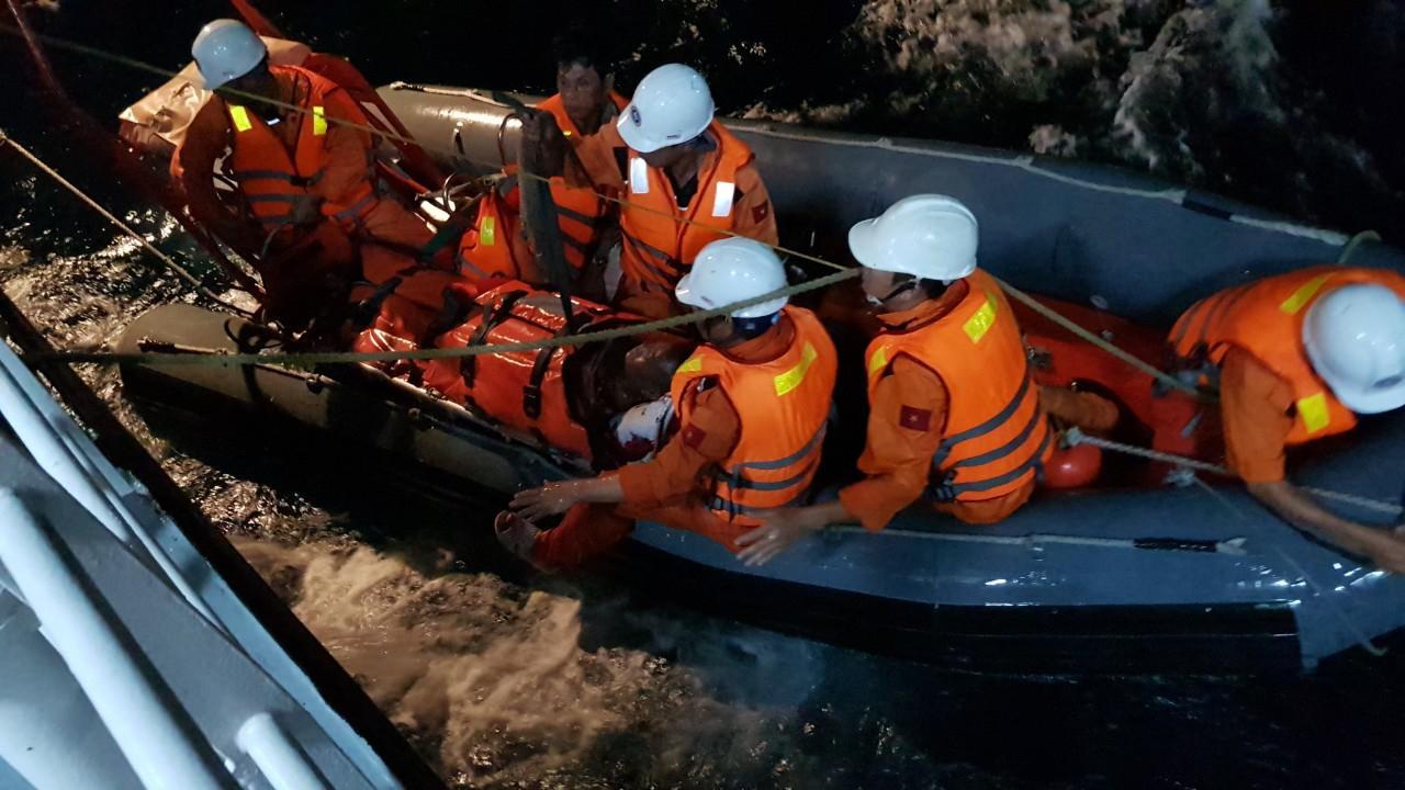 Cháy hầm máy, cứu nạn một ngư dân bị bỏng nặng Ảnh 2