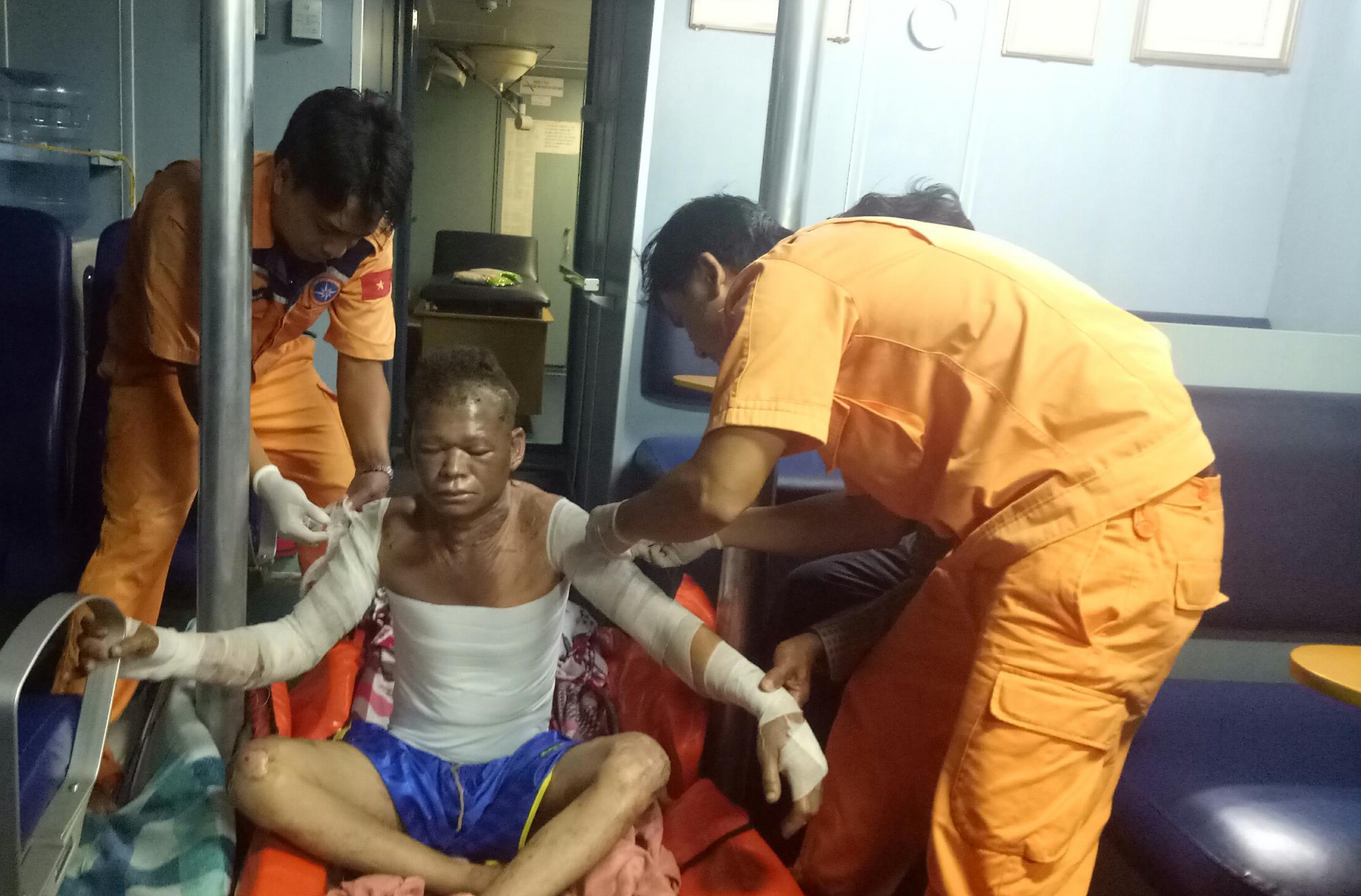 Cháy hầm máy, cứu nạn một ngư dân bị bỏng nặng Ảnh 3