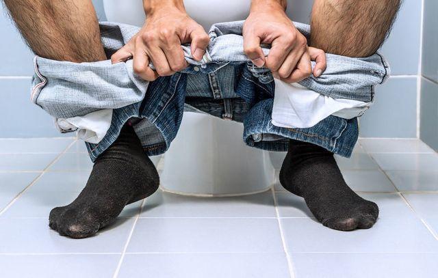 4 sai lầm khi đi vệ sinh nhiều người mắc, có thể gây đột tử bất cứ lúc nào Ảnh 2