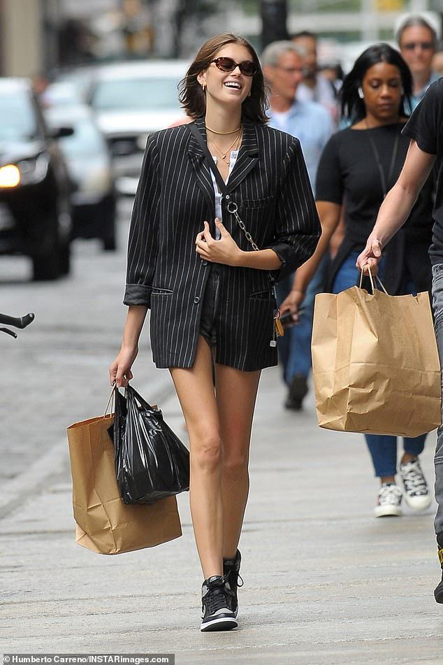 Con gái Cindy Crawford diện croptop khoe dáng chuẩn siêu mẫu trên phố Ảnh 6