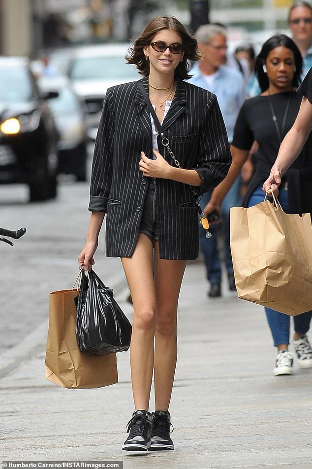 Con gái Cindy Crawford diện croptop khoe dáng chuẩn siêu mẫu trên phố Ảnh 10