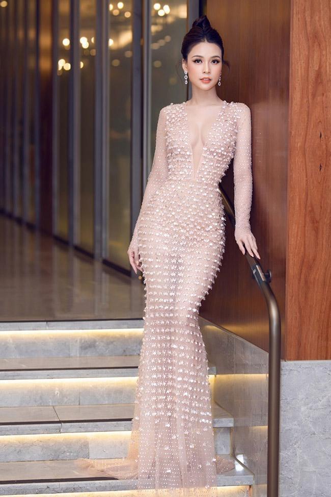 Váy xuyên thấu của mỹ nhân Việt hở chỗ hiểm hóc khiến quan khách đỏ mặt Ảnh 2