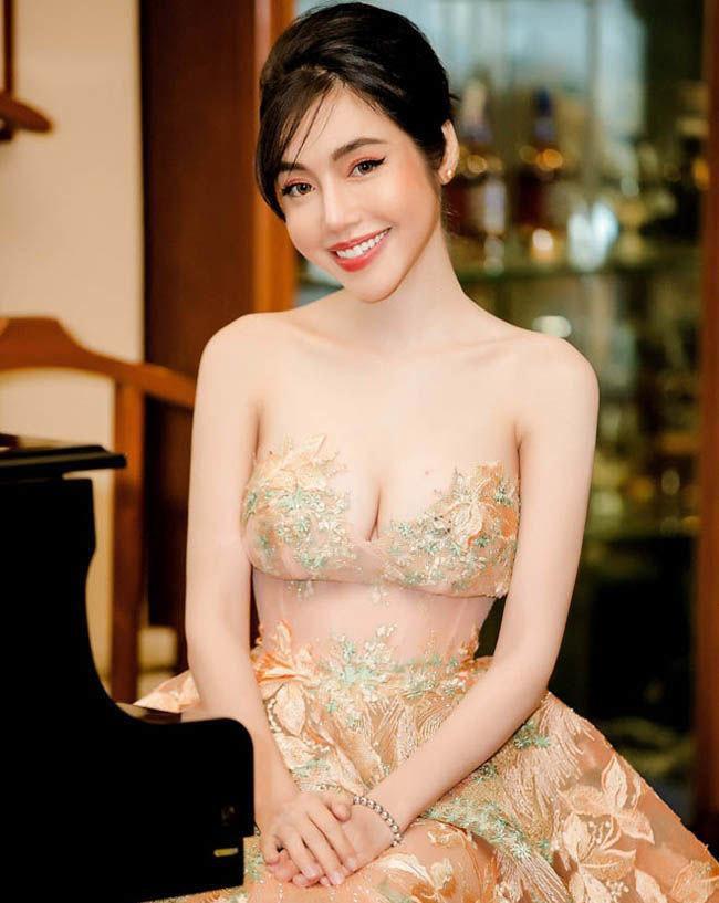 Váy xuyên thấu của mỹ nhân Việt hở chỗ hiểm hóc khiến quan khách đỏ mặt Ảnh 3