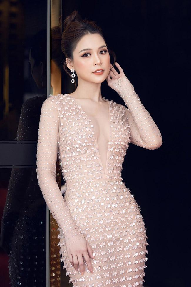 Váy xuyên thấu của mỹ nhân Việt hở chỗ hiểm hóc khiến quan khách đỏ mặt Ảnh 1