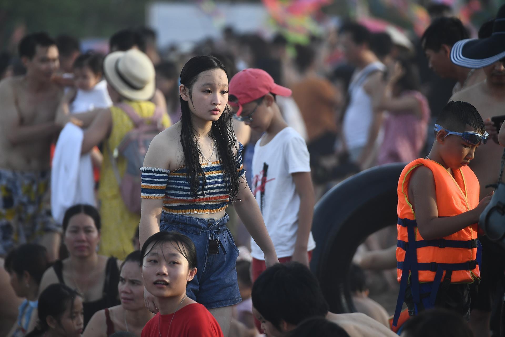 Hàng trăm nghìn người nhảy sóng ở bãi biển nước đục ngầu Ảnh 9