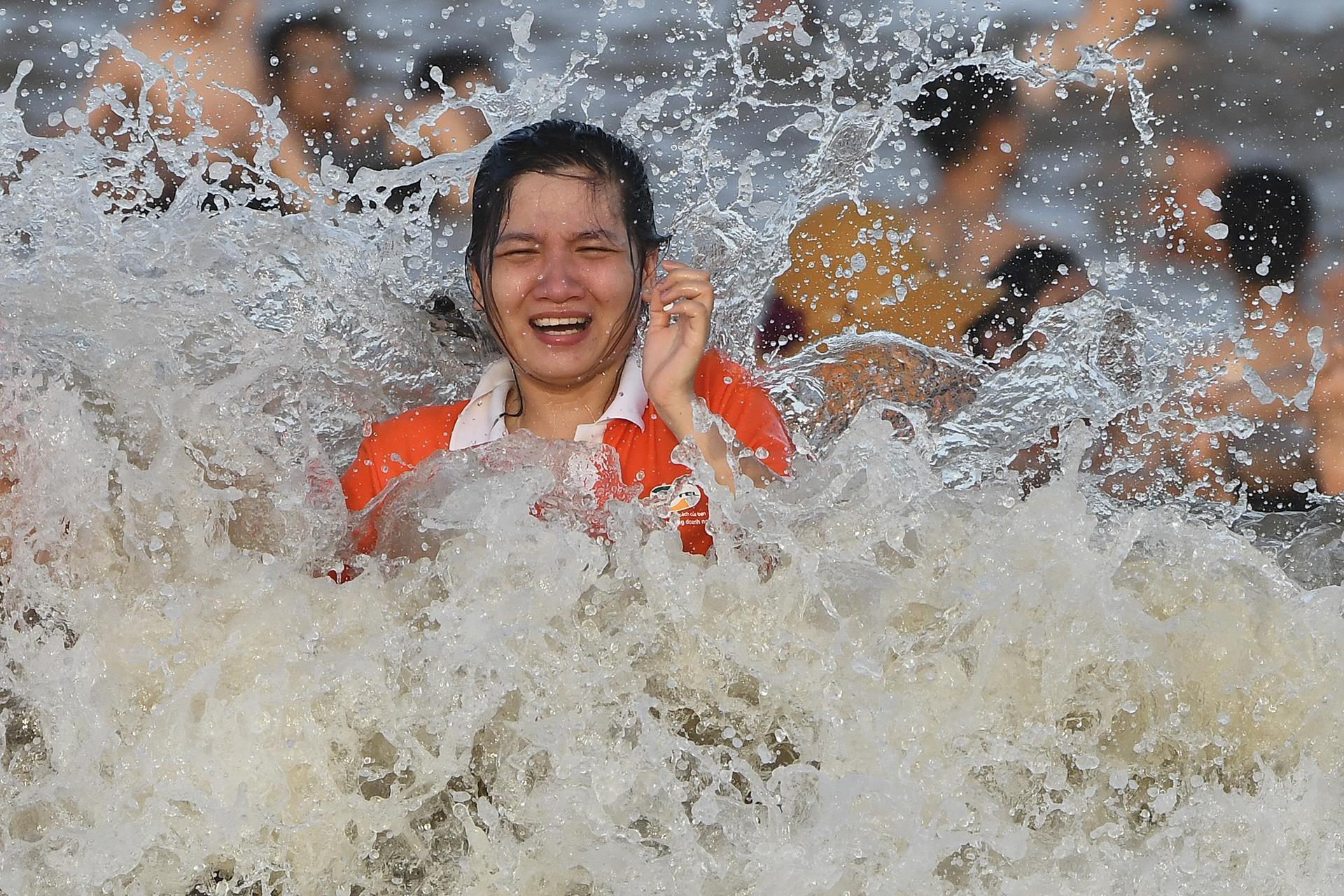 Hàng trăm nghìn người nhảy sóng ở bãi biển nước đục ngầu Ảnh 12
