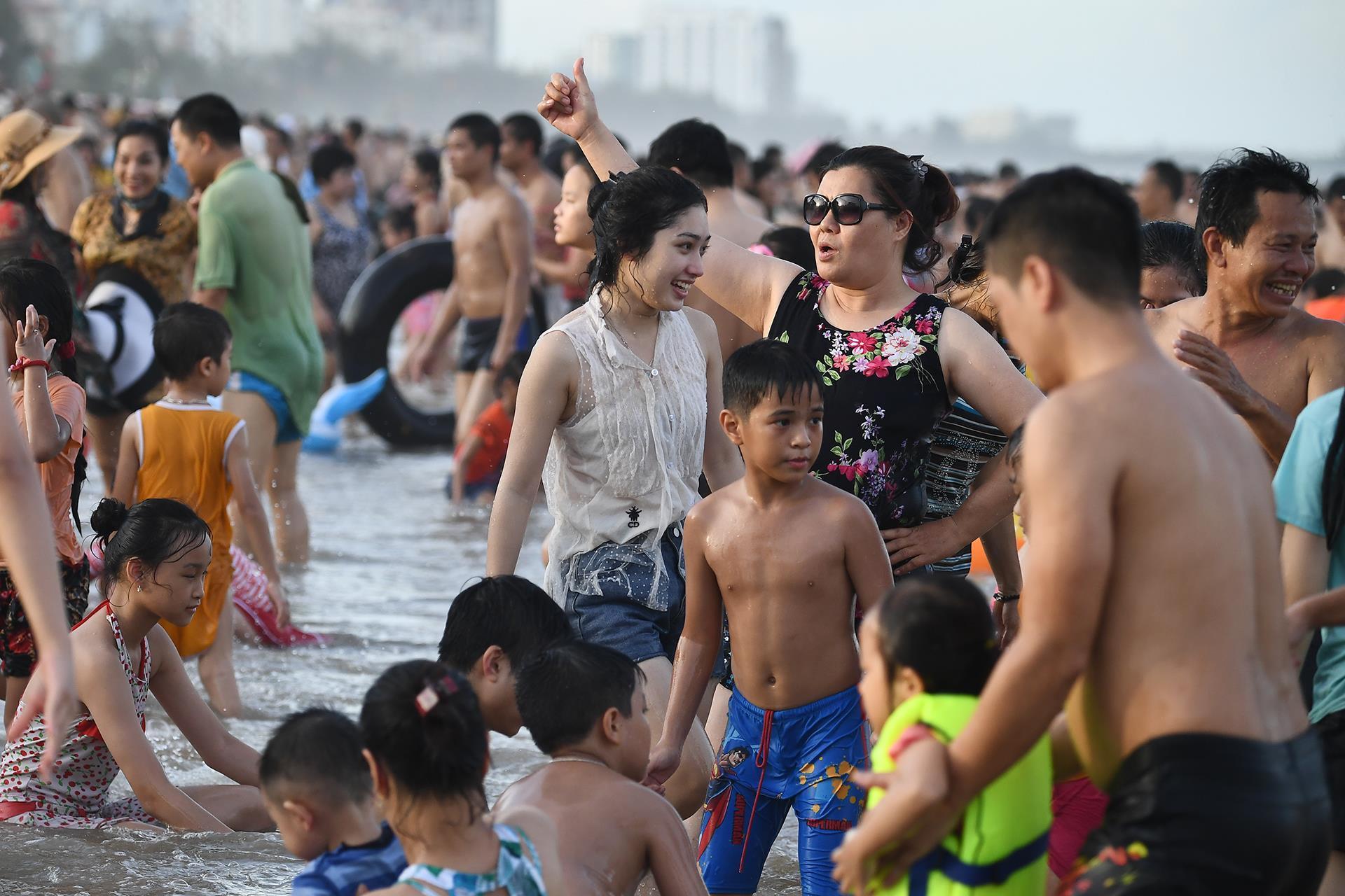 Hàng trăm nghìn người nhảy sóng ở bãi biển nước đục ngầu Ảnh 3