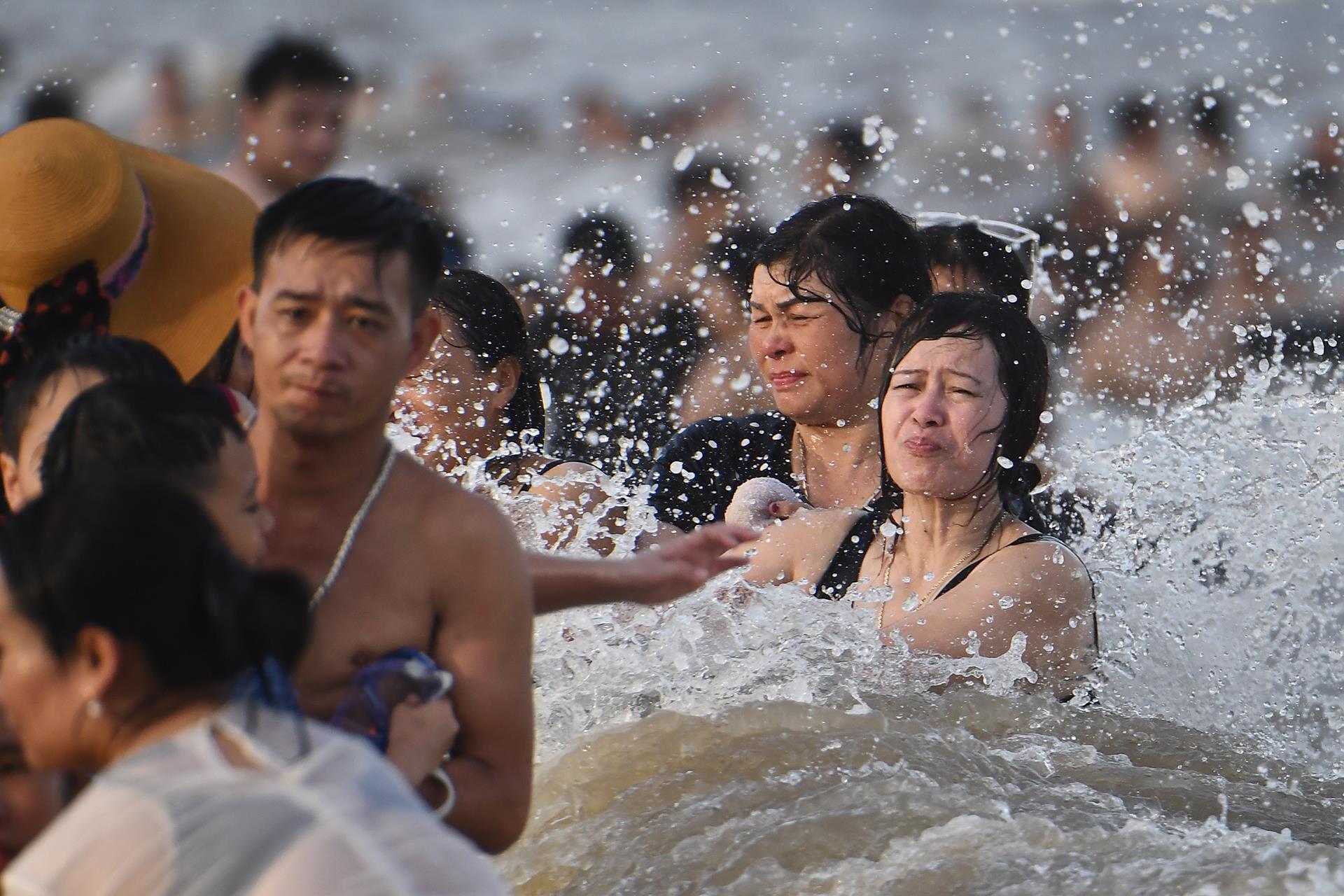 Hàng trăm nghìn người nhảy sóng ở bãi biển nước đục ngầu Ảnh 11
