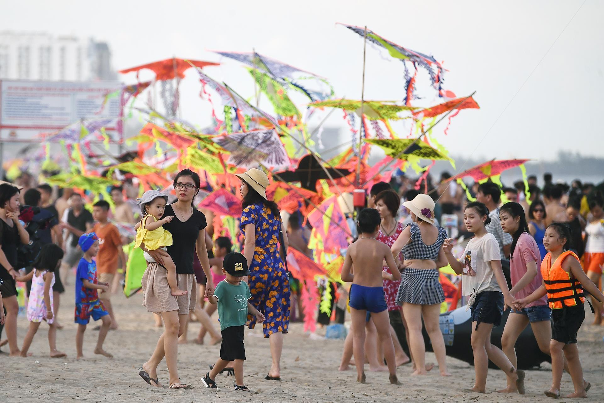 Hàng trăm nghìn người nhảy sóng ở bãi biển nước đục ngầu Ảnh 1