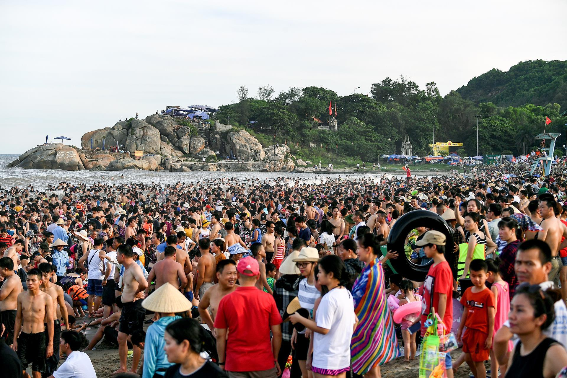 Hàng trăm nghìn người nhảy sóng ở bãi biển nước đục ngầu Ảnh 2
