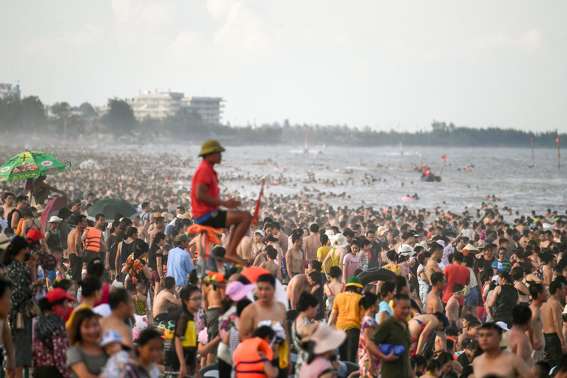 Hàng trăm nghìn người nhảy sóng ở bãi biển nước đục ngầu Ảnh 5