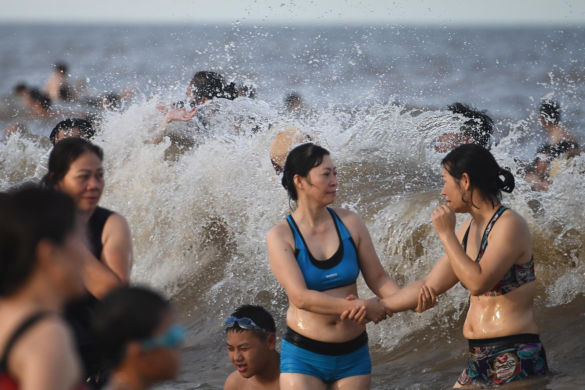 Hàng trăm nghìn người nhảy sóng ở bãi biển nước đục ngầu Ảnh 10