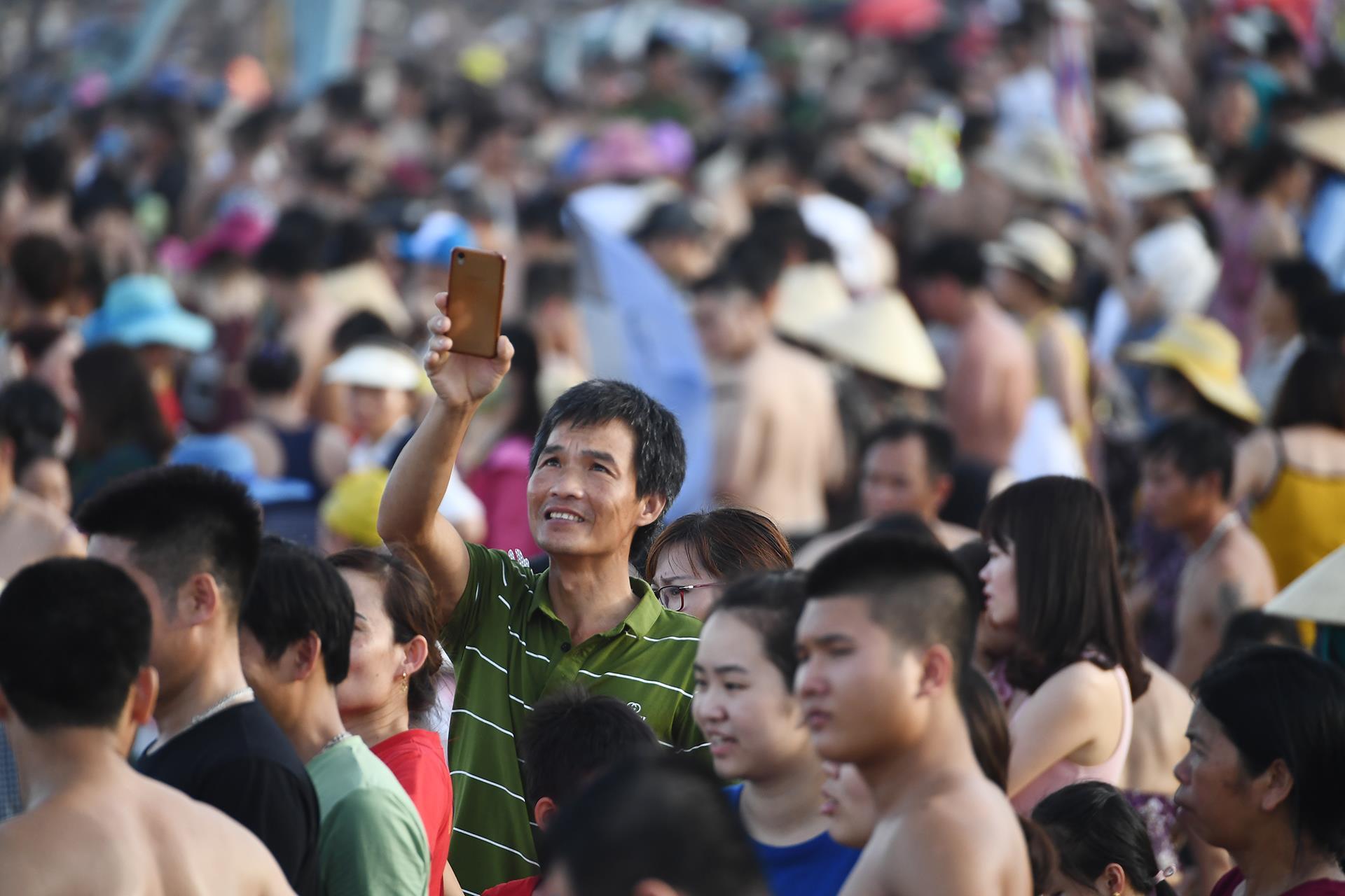 Hàng trăm nghìn người nhảy sóng ở bãi biển nước đục ngầu Ảnh 4