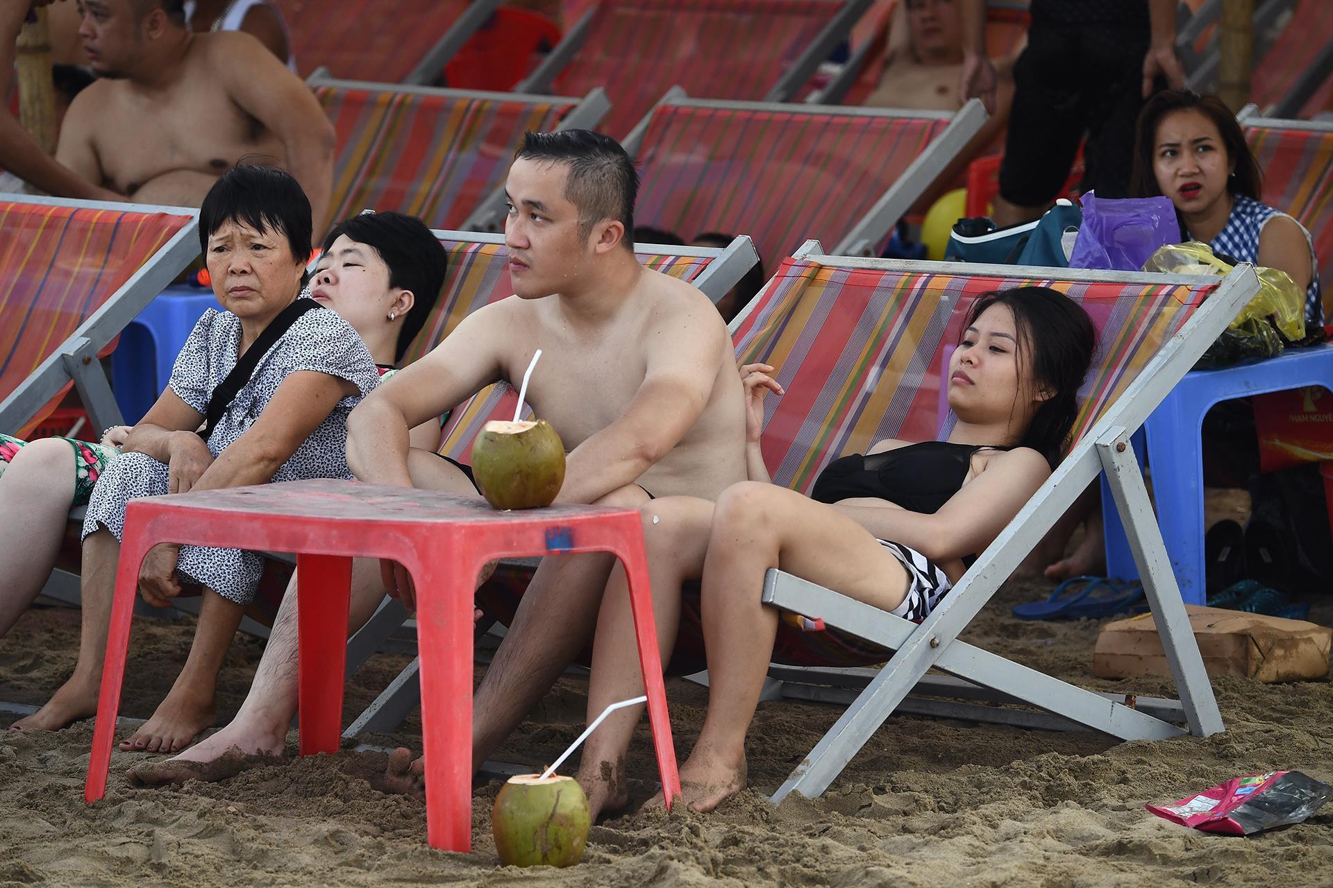 Hàng trăm nghìn người nhảy sóng ở bãi biển nước đục ngầu Ảnh 14