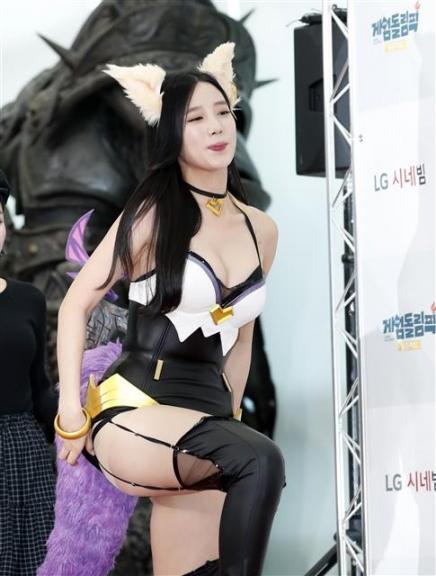 Nữ thần tượng 23 tuổi xứ Hàn nghiện mặc 'hở bạo' dù liên tục bị chỉ trích Ảnh 3