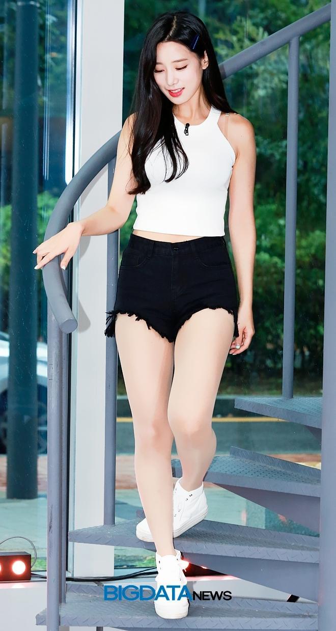 Nữ thần tượng 23 tuổi xứ Hàn nghiện mặc 'hở bạo' dù liên tục bị chỉ trích Ảnh 7