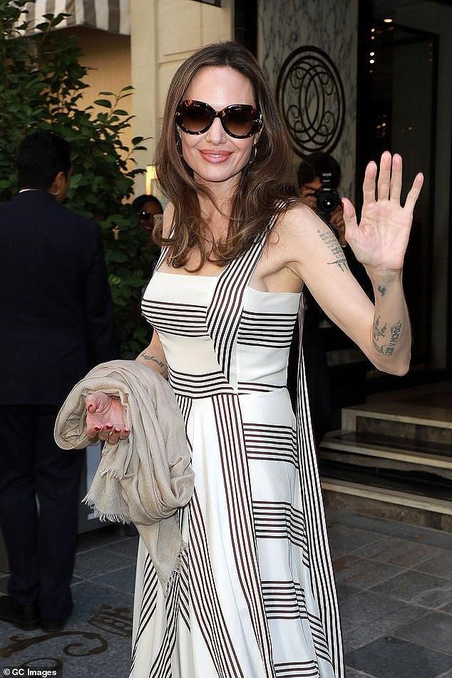 Angelina Jolie quá xinh đẹp quyến rũ trên đường phố Paris Ảnh 1