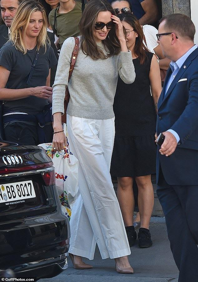 Angelina Jolie quá xinh đẹp quyến rũ trên đường phố Paris Ảnh 12