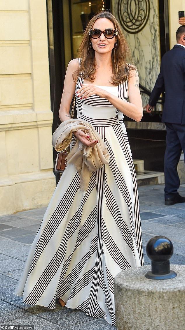 Angelina Jolie quá xinh đẹp quyến rũ trên đường phố Paris Ảnh 11