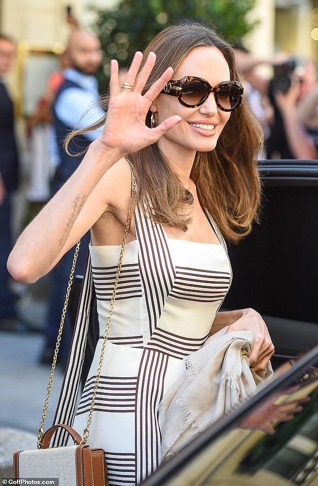 Angelina Jolie quá xinh đẹp quyến rũ trên đường phố Paris Ảnh 2