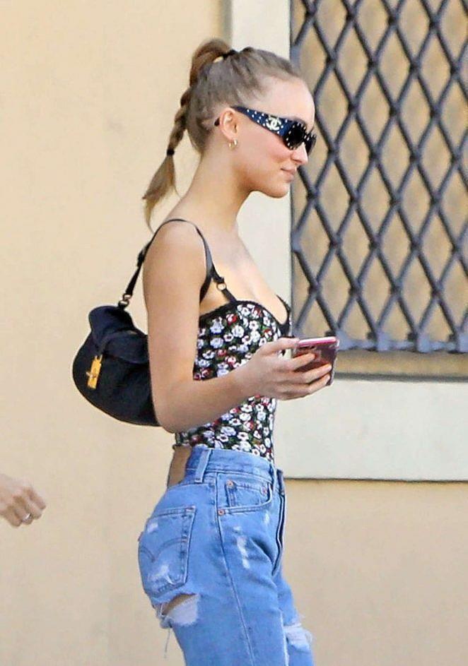 Con gái 20 tuổi của Johnny Depp có sở thích bỏ quên nội y khi dạo phố Ảnh 3
