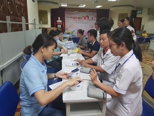 Hơn 100 y - bác sĩ tham gia hiến máu cứu người Ảnh 1