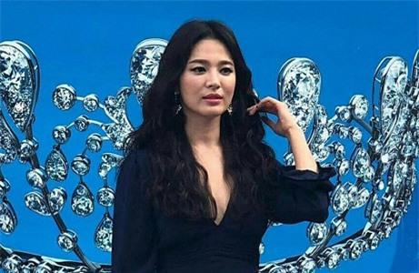 Hậu ly hôn, Song Hye Kyo diện váy xẻ sâu lộ thân hình gầy guộc Ảnh 3