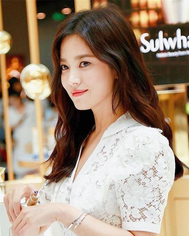 Hậu ly hôn, Song Hye Kyo diện váy xẻ sâu lộ thân hình gầy guộc Ảnh 4