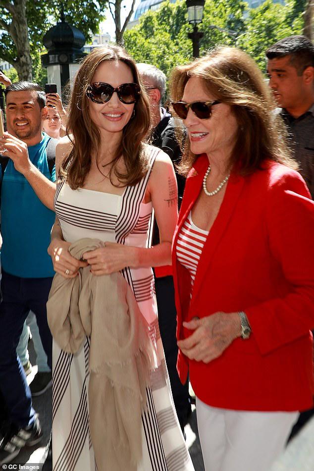 Angelina Jolie trang điểm xinh đẹp, cười rạng rỡ khi đi dạo ở Paris Ảnh 2