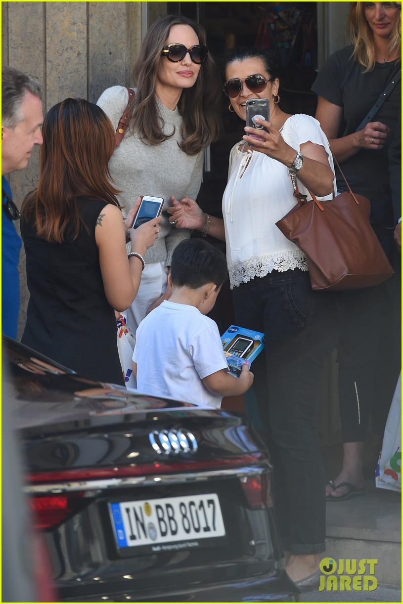 Angelina Jolie trang điểm xinh đẹp, cười rạng rỡ khi đi dạo ở Paris Ảnh 4