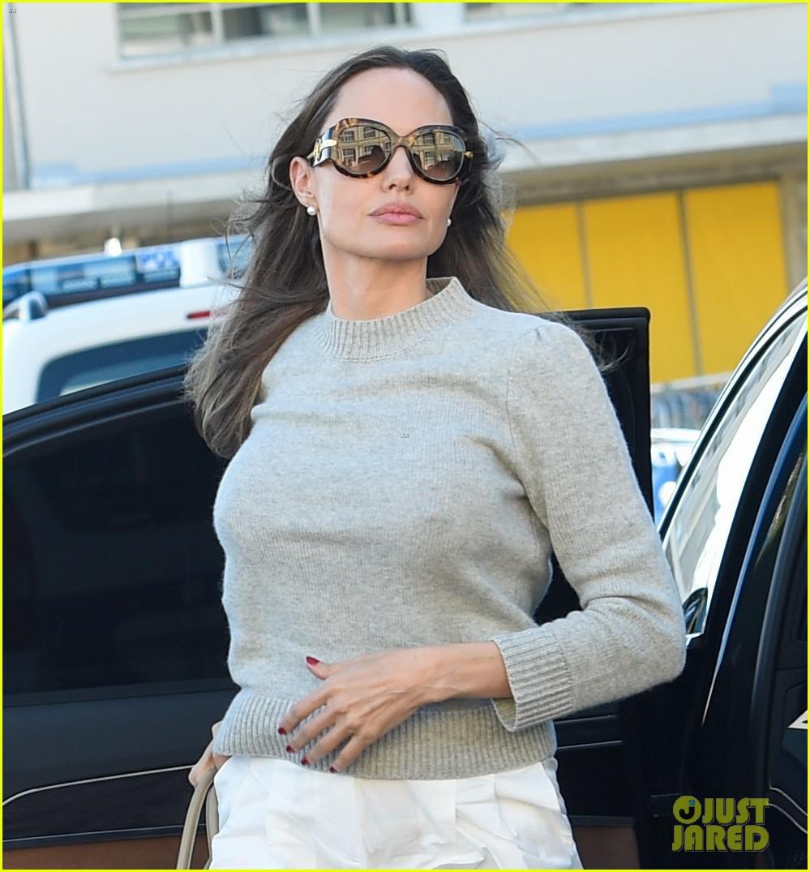 Angelina Jolie trang điểm xinh đẹp, cười rạng rỡ khi đi dạo ở Paris Ảnh 3