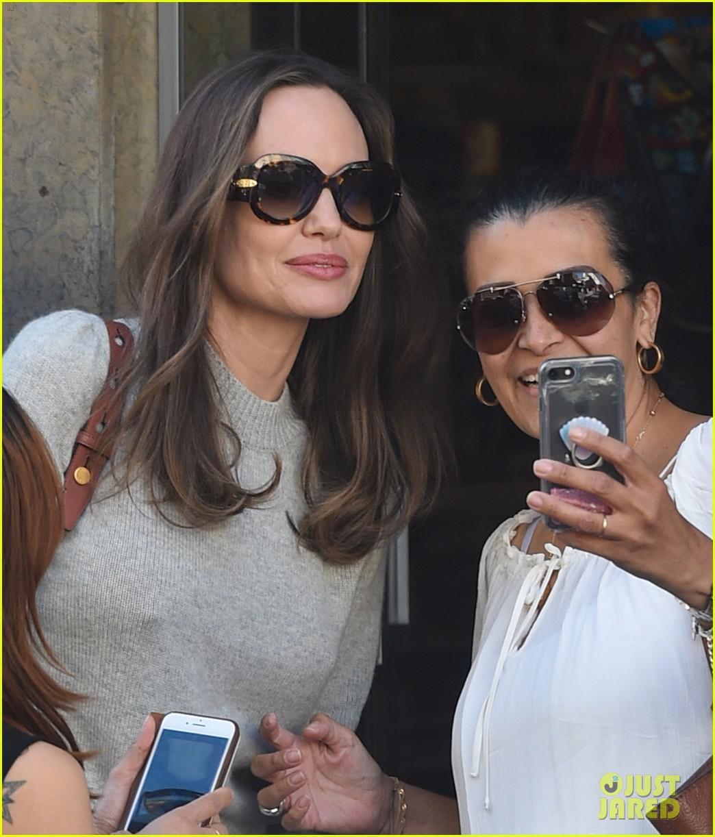 Angelina Jolie trang điểm xinh đẹp, cười rạng rỡ khi đi dạo ở Paris Ảnh 8