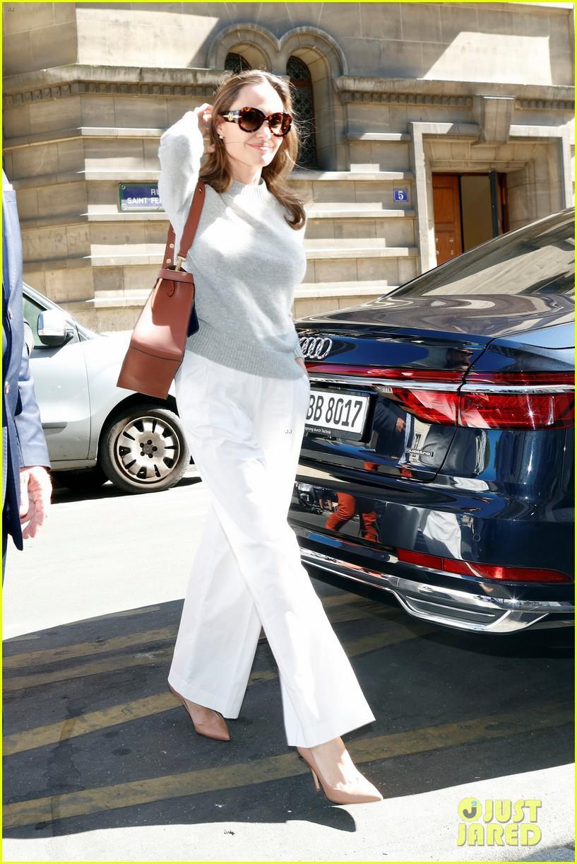 Angelina Jolie trang điểm xinh đẹp, cười rạng rỡ khi đi dạo ở Paris Ảnh 6