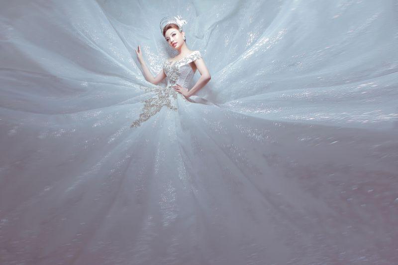 Lý San Nghi hóa cô dâu đa phong cách đầy cá tính Ảnh 11