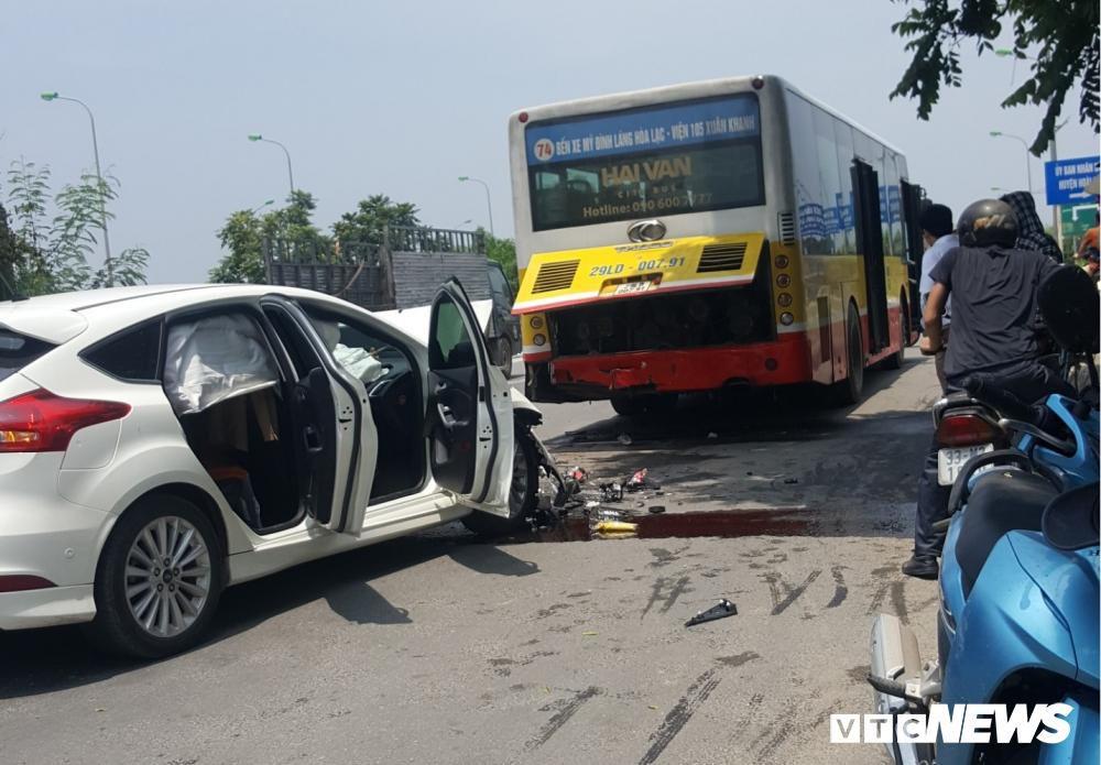 Ô tô con nát bét sau cú tông vào đuôi xe buýt dừng trả khách trên đại lộ Thăng Long Ảnh 1