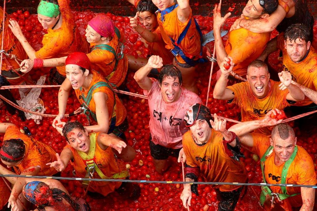 Bơi giữa 'cơn lũ' cà chua trong lễ hội độc đáo ở Tây Ban Nha Ảnh 1