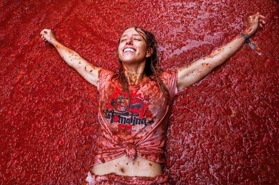 Bơi giữa 'cơn lũ' cà chua trong lễ hội độc đáo ở Tây Ban Nha Ảnh 5