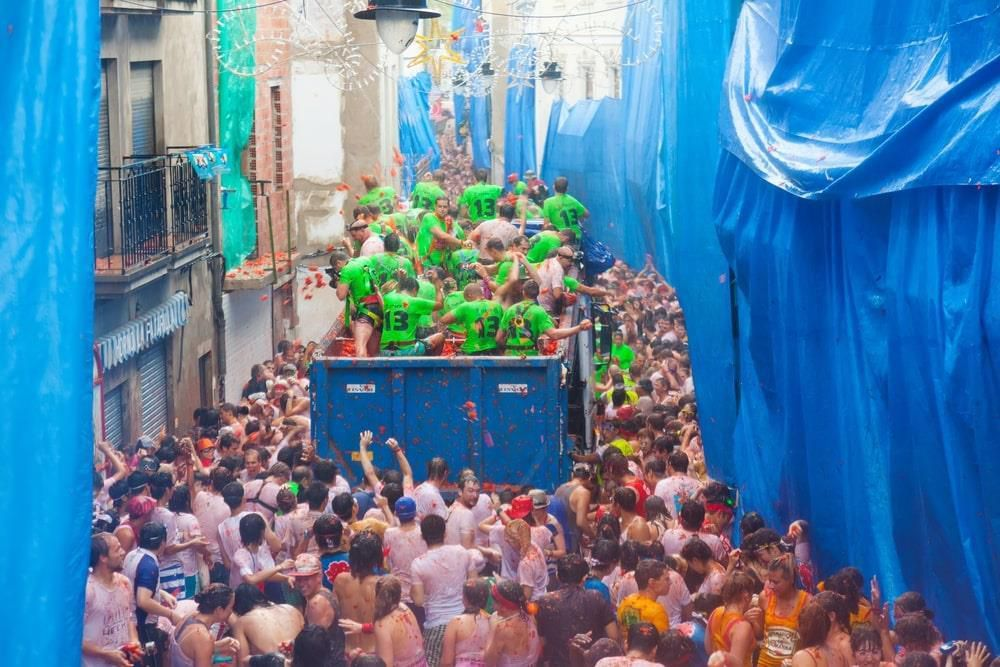 Bơi giữa 'cơn lũ' cà chua trong lễ hội độc đáo ở Tây Ban Nha Ảnh 8