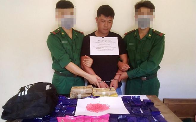 Bắt người vận chuyển 24.000 viên ma túy qua biên giới Ảnh 1