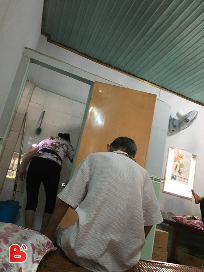 Nằm viện, ông bố lỡ đi vệ sinh trên sàn, câu nói của người con gái gây xúc động Ảnh 2